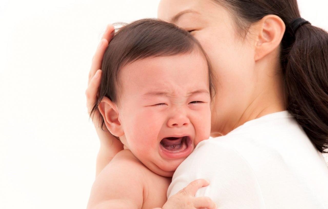 bé sốt mọc răng phải làm gì