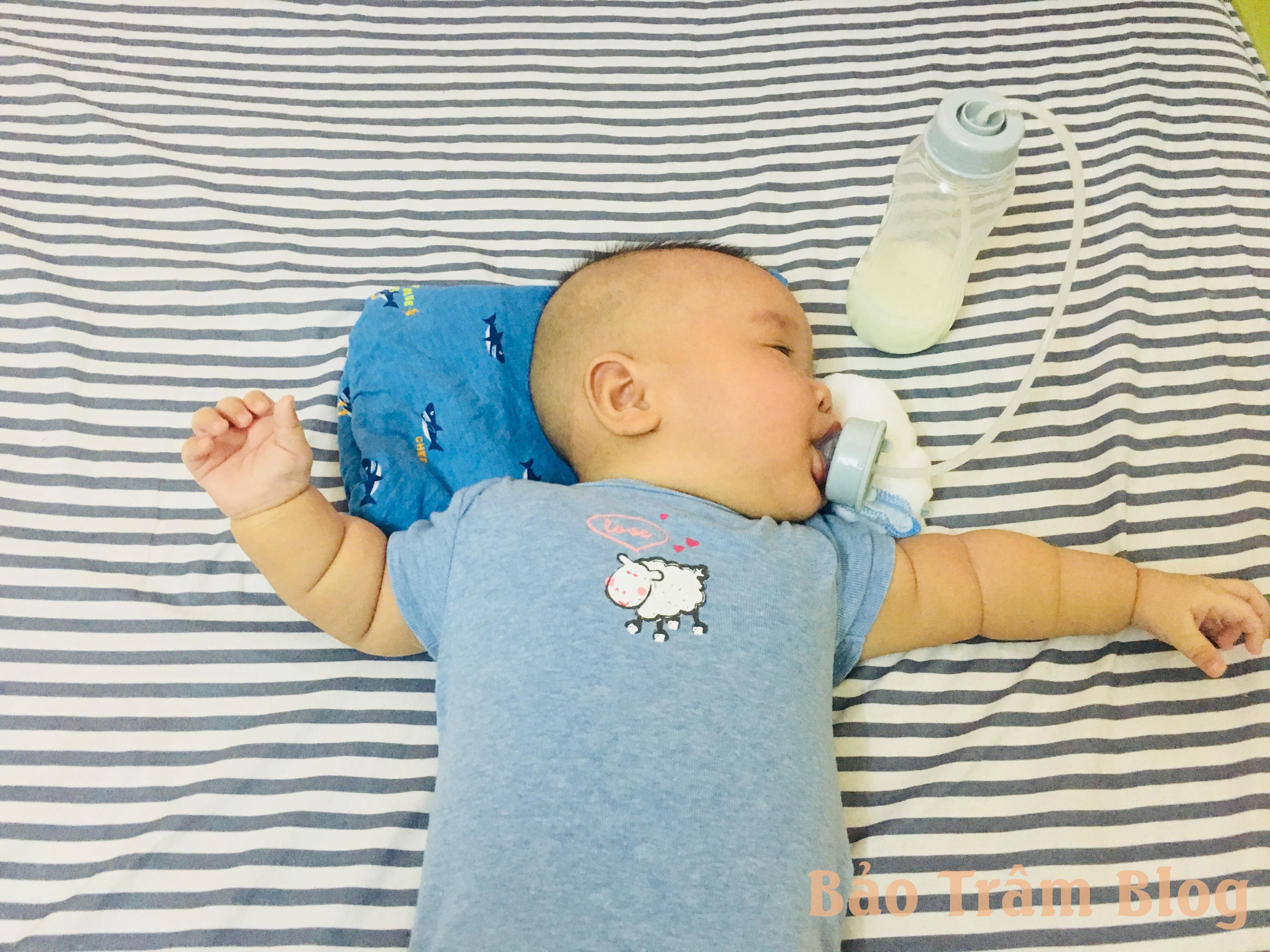 có nên dùng bình sữa rảnh tay cho bé