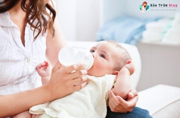 Khi nào nên tập cho bé bú bình?